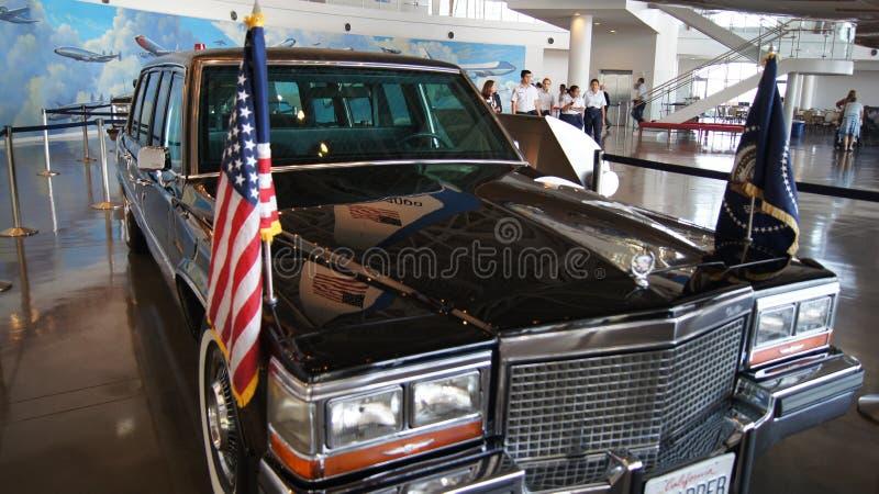 SIMI VALLEY KALIFORNIEN, FÖRENTA STATERNA - OKTOBER 9, 2014: Presidents- bilkortege på skärm på Ronald Reagan Library och arkivbild