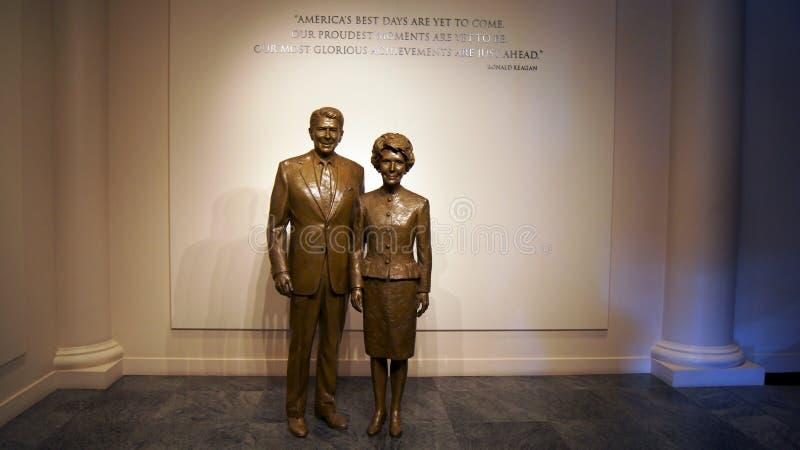 SIMI VALLEY, LA CALIFORNIE, ETATS-UNIS - 9 OCTOBRE 2014 : Statues de Ronald et de Nancy Reaga à la bibliothèque présidentielle photos stock