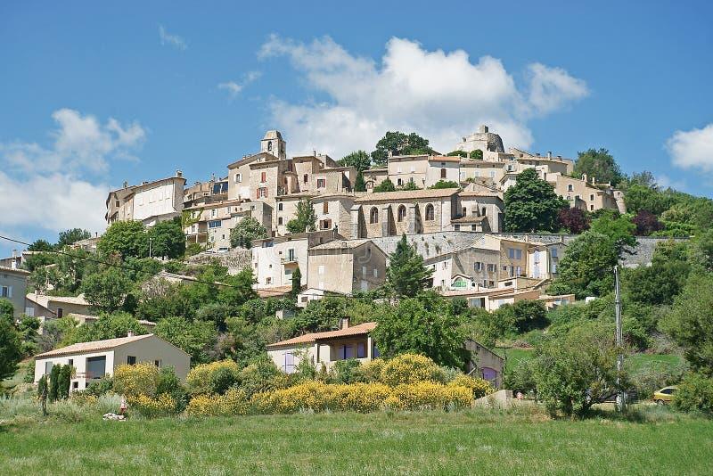 Simiane-la-Rotonde, uma vila pequena bonita, construída em uma rocha fotografia de stock
