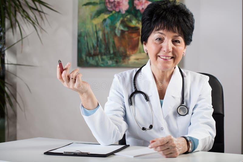 Similing kvinnlig doktor royaltyfri foto