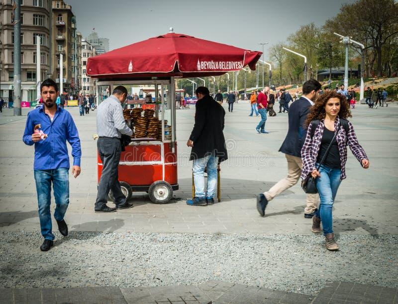 Simit卖主在Taksim广场 免版税库存图片