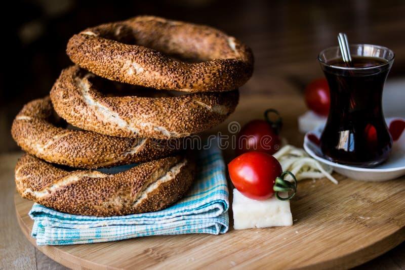 Simit con té/el panecillo turco imagen de archivo