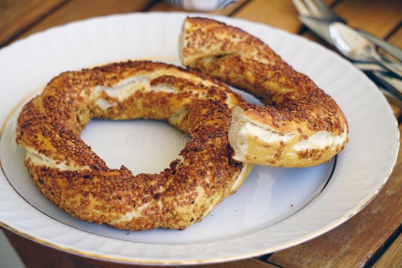 Simit tradicional do bagel de Istambul para o café da manhã no fundo de madeira imagem de stock royalty free