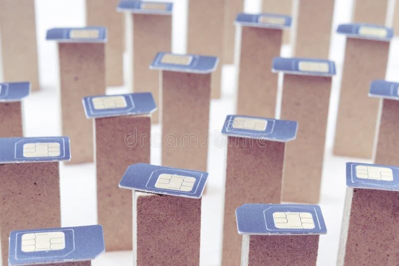 Simkaarten op pijlers die zich op een witte achtergrond, rijen bevinden van pijlers in Simkaarten royalty-vrije stock foto's