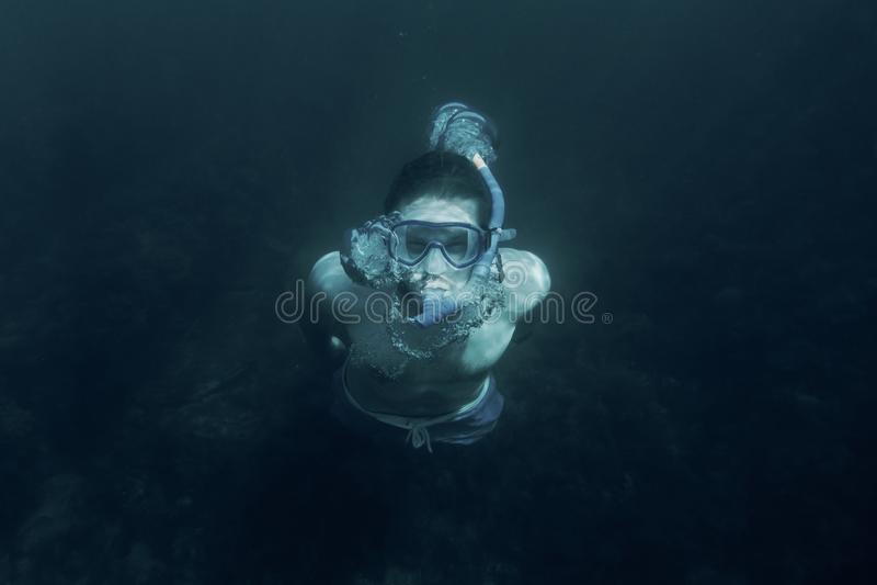 Simma för man som är undervattens- i det djupa havet fotografering för bildbyråer