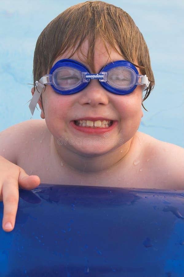 simma för pojkegoggles arkivfoton