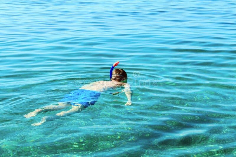 Simma för simmare som är undervattens- arkivbild