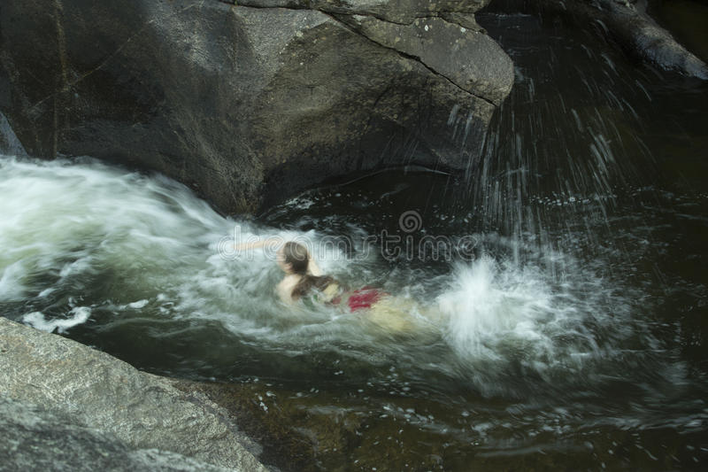 Simma för ung kvinna som är uppströms, mot ström, Sugar River som är ny fotografering för bildbyråer