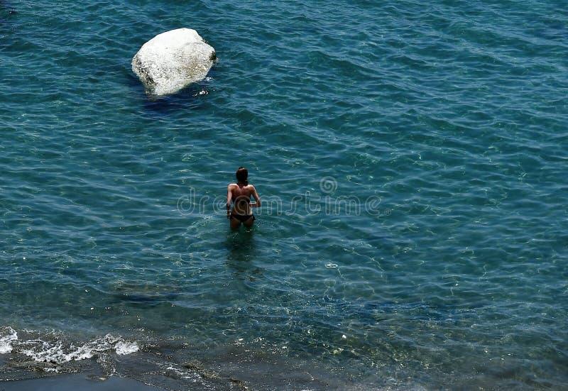 Simma i kristallvattnet av den Governos stranden i Cypern royaltyfria foton