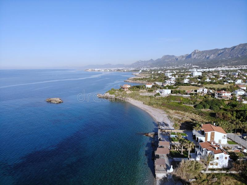Simma på havet Sommartidferie, lyckligt ögonblick i enhet med naturen F?rbluffa sikt fr?n ?ver Norr del av Cypern, Girne arkivbild