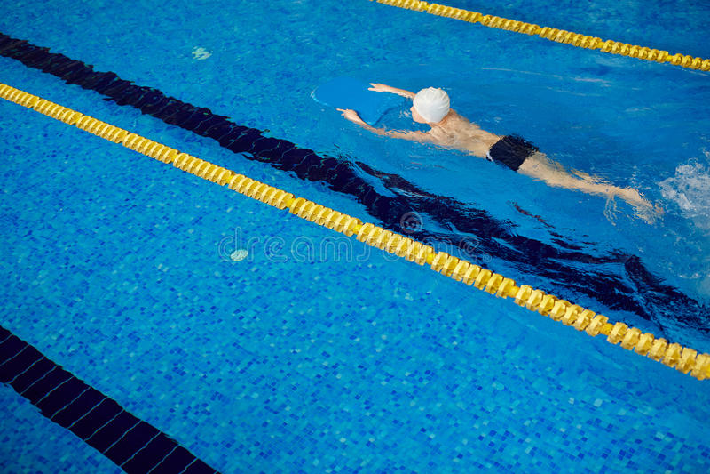 Simmare Athlete i pöl fotografering för bildbyråer