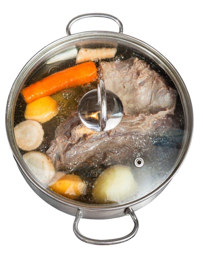 Simmer del caldo de carne de vaca en la cacerola de acero foto de archivo libre de regalías
