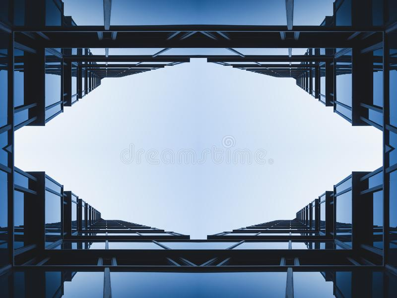 Simmetria esteriore di costruzione moderna di riflessione di vetro della facciata del dettaglio di architettura immagini stock