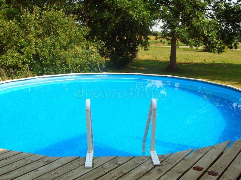 simning för 2 pöl arkivbild