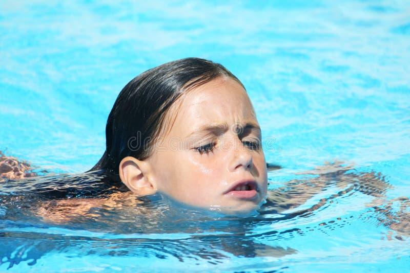 simning för bröstbarnslaglängd royaltyfria bilder