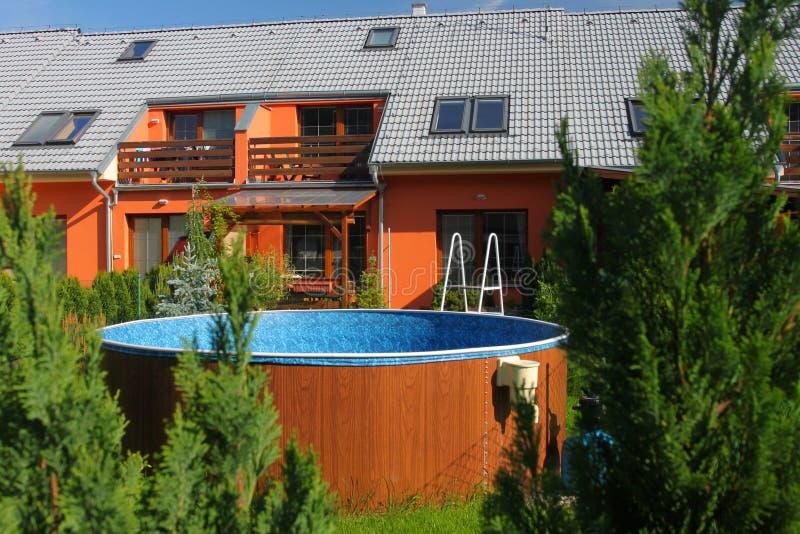simning för familjhuspöl royaltyfria foton