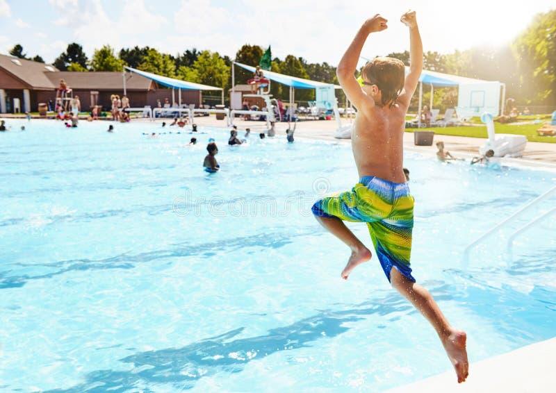 simning för pojkebanhoppningpöl arkivbild