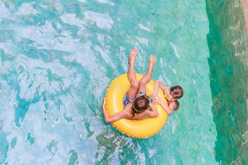 Simning sommarsemester - barnpojke som spelar i blå wat arkivbilder