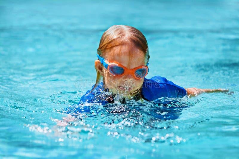 Simningkurs för litet barn i utomhus- pöl arkivfoto