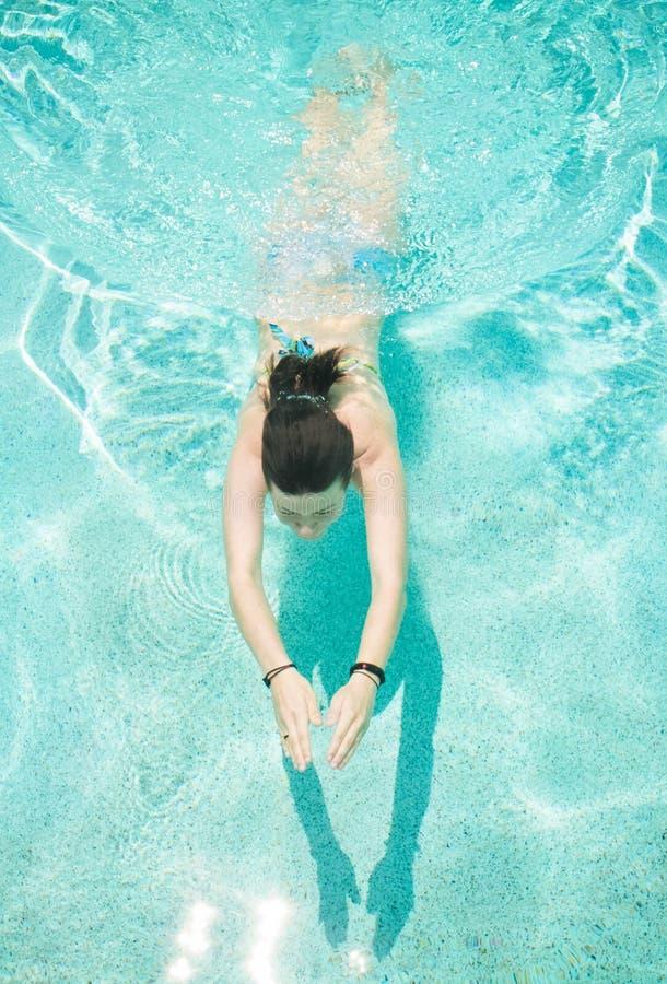 simningkvinnabarn arkivbilder