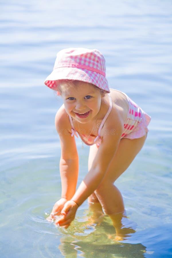 Simningliten flicka arkivfoton