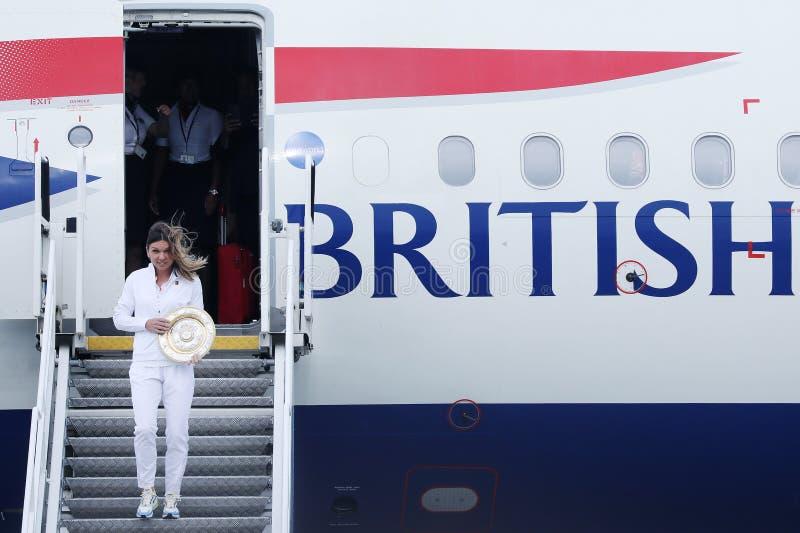 Simona Halep powroty stwarzają ognisko domowe z Wimbledon trofeum zdjęcie stock