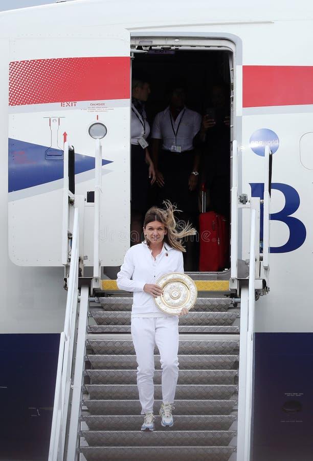 Simona Halep powroty stwarzają ognisko domowe z Wimbledon trofeum obrazy royalty free