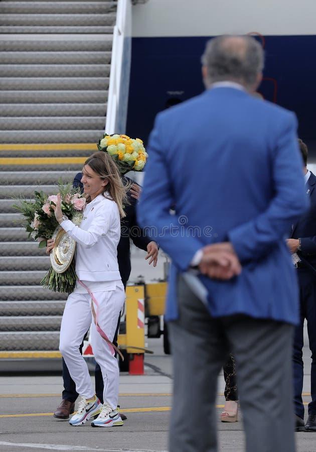 Simona Halep powroty stwarzają ognisko domowe z Wimbledon trofeum zdjęcia stock