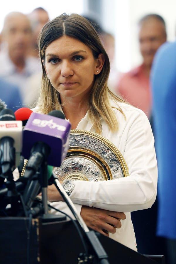 Simona Halep powroty stwarzają ognisko domowe z Wimbledon trofeum, konferencja prasowa zdjęcie royalty free