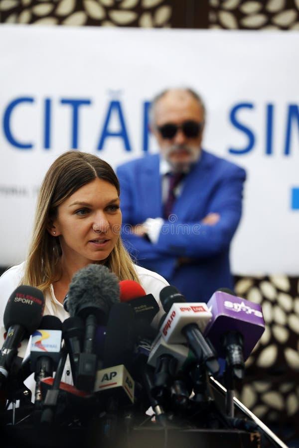 Simona Halep powroty stwarzają ognisko domowe z Wimbledon trofeum, konferencja prasowa obraz royalty free