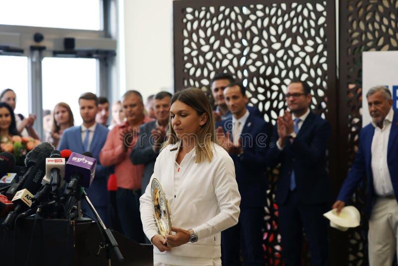 Simona Halep powroty stwarzają ognisko domowe z Wimbledon trofeum, konferencja prasowa fotografia royalty free