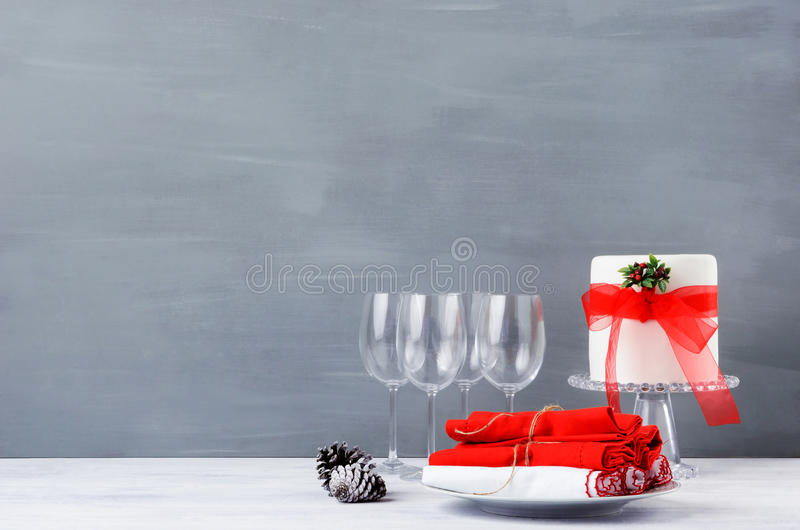 Simple minimalist christmas display table with cake stock for Modern minimalist christmas decorating