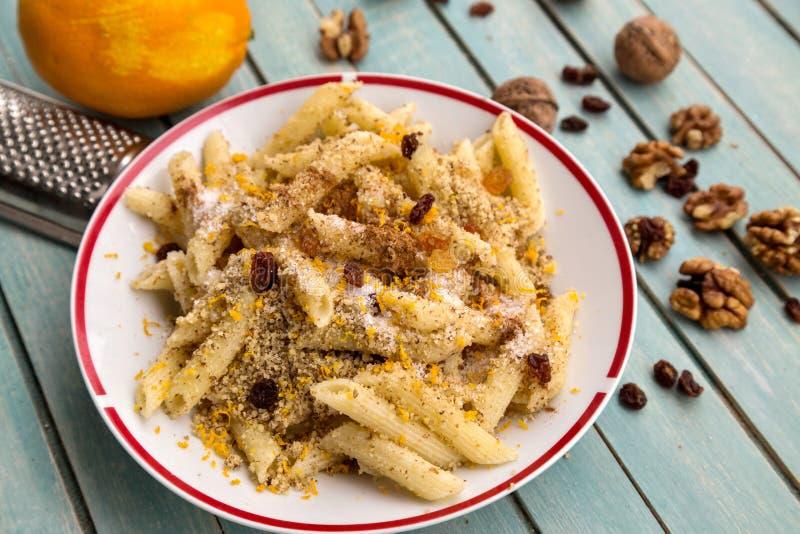 Simplement mais pâtes douces savoureuses avec les écrous, le sucre et les raisins secs photo stock
