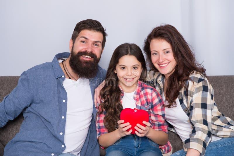 Simplement ?tant autour L'amour est tout que nous avons besoin la famille heureuse détendent à la maison Week-end de famille fill photographie stock libre de droits
