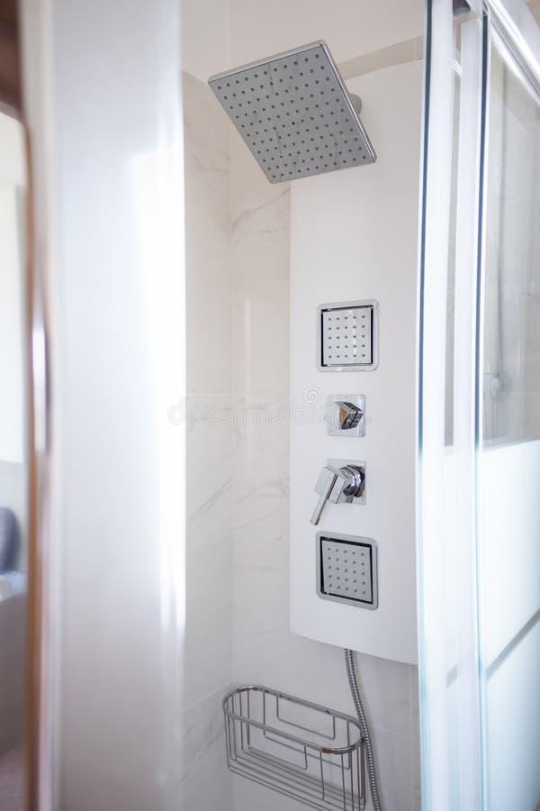 Simplicité de salle de bains de robinet de douche, propreté et confort, concept images stock