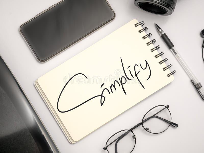 Simplifique, concepto de motivaci?n de las citas de las palabras del negocio imagenes de archivo
