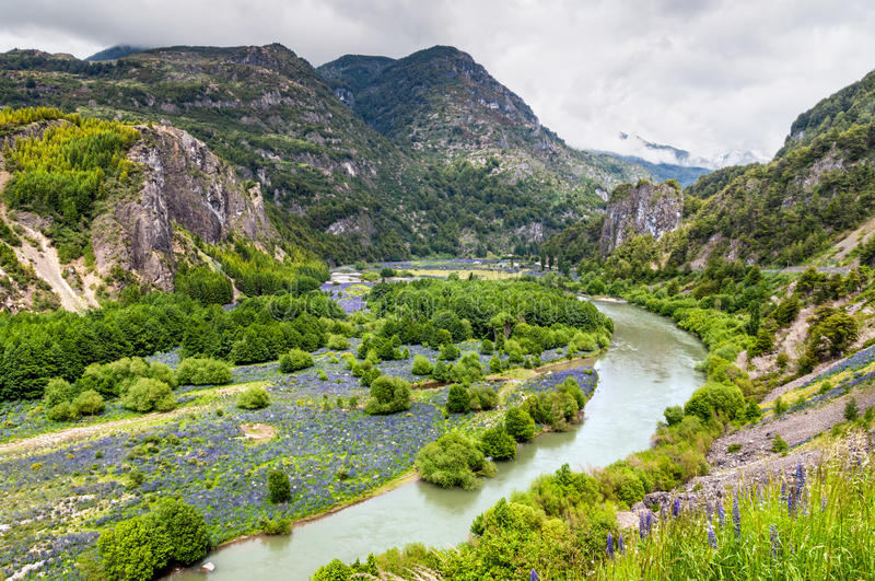 Simpson River Valley, Patagonia, Chili. Jour obscurci. image stock