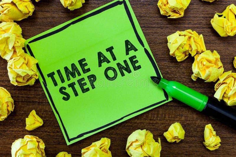 Simsen Sie das Zeichen, das Zeit an einem Schritt einer zeigt Begriffsfoto Langsam aber sicher Meilenstein-vorsichtige allmählich lizenzfreie stockfotos