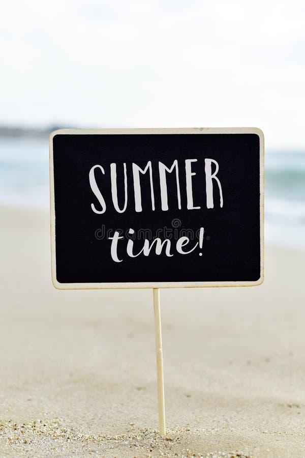 Simsen Sie Sommerzeit in einem Schild auf dem Strand lizenzfreie stockfotos