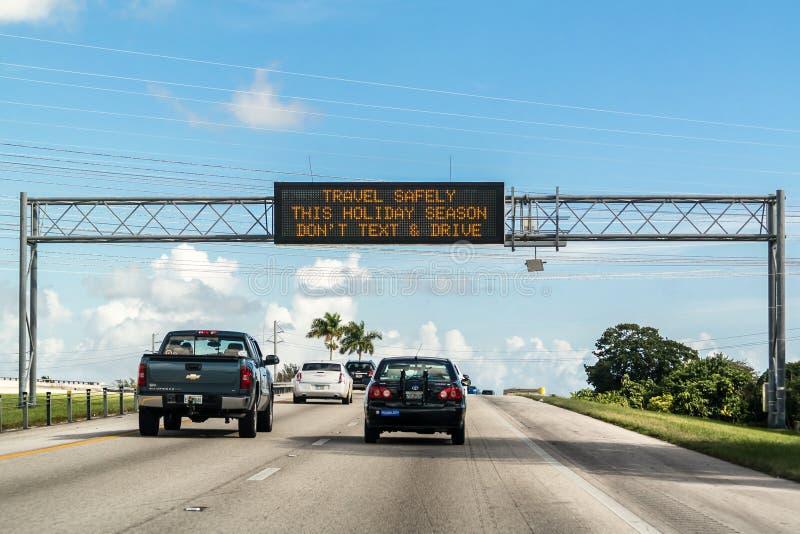 Simsen Sie und fahren Sie Warnung auf elektronischem Anschlagbrett in Florida stockbild