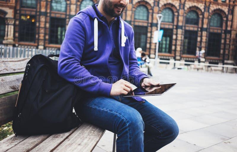 Simsende Mitteilung des Hippies auf Tablet-Computer- oder Technologiebildschirmmodell E stockfotografie