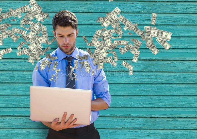 simsendes Geld Junger Geschäftsmann mit Laptop Geld, das vom Laptop aufkommt lizenzfreie stockbilder