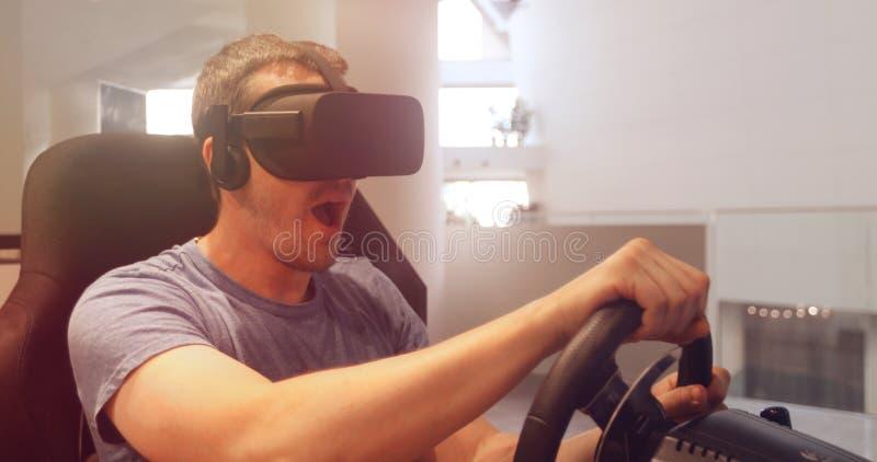 simulação computorizada Homem nos vidros do vr que competem o volante fotos de stock royalty free