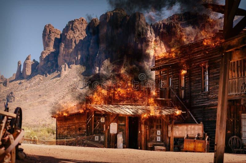 Simulação de um fogo da cidade de uma construção de madeira ocidental selvagem velha em uma mina de ouro fotos de stock royalty free