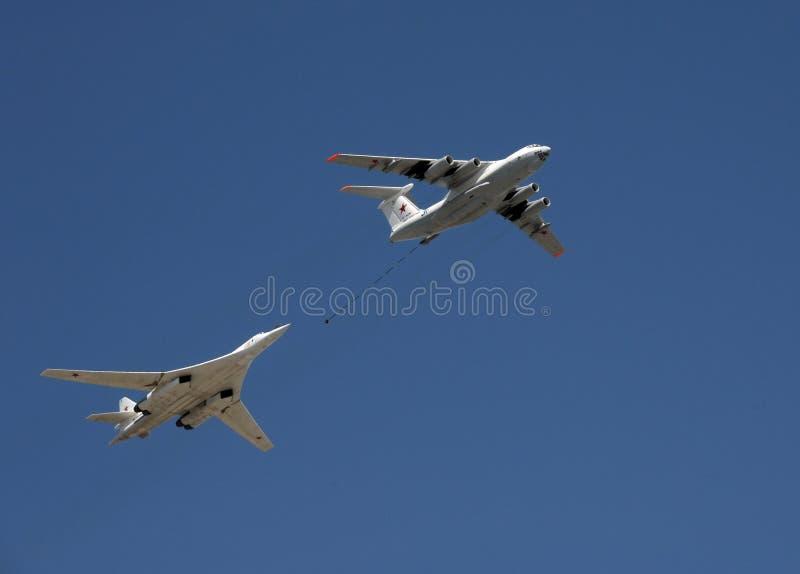 A simulação do reabastecimento no ar de um avião Tu-160 de um petroleiro IL-78 durante Victory Day desfila foto de stock