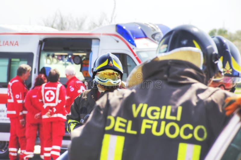 Simulação do salvamento do acidente Simulação dos acidentes de viação fotografia de stock