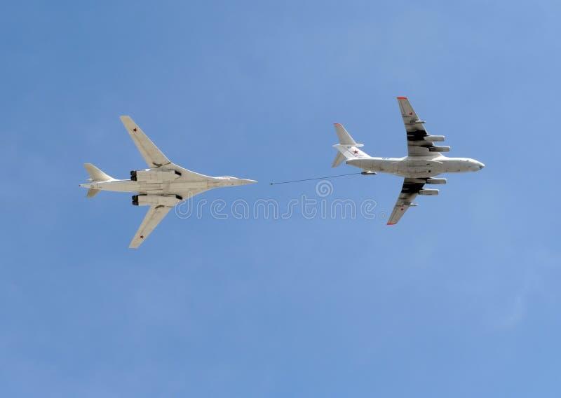 Simulação dos aviões de bordo Il-78 e Tu-160 do reabastecimento imagens de stock