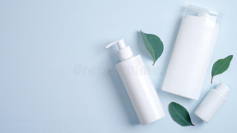 Simulación de marca SPA de cosméticos Frasco de plástico para gel íntimo, frasco de champú, aceite esencial para el recipiente y  imagen de archivo libre de regalías