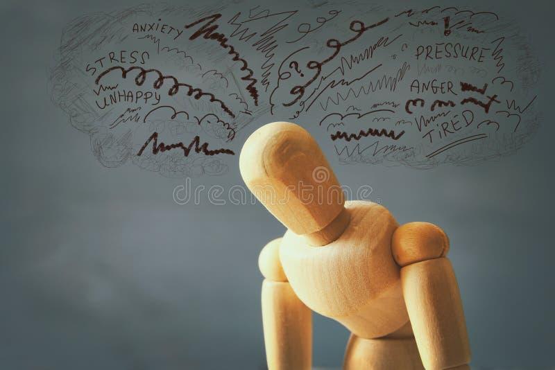 simulacre en bois avec des pensées soumises à une contrainte inquiétées photographie stock