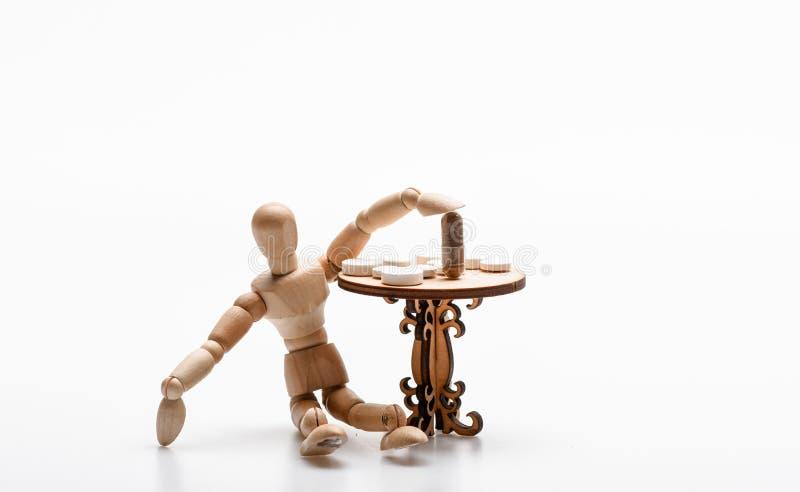 Simulacre en bois humain près de table avec des médecines Astuces abordant le régime complexe de médicament Prenez les médecines  photos stock